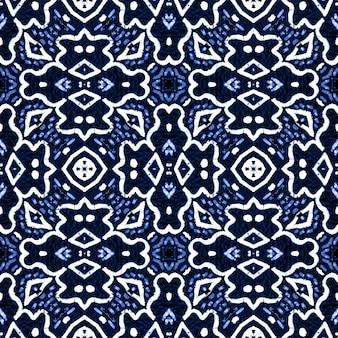 Этническая вышивка индиго. народный орнамент. классический синий фон.