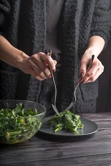 健康的なサラダを準備する個人