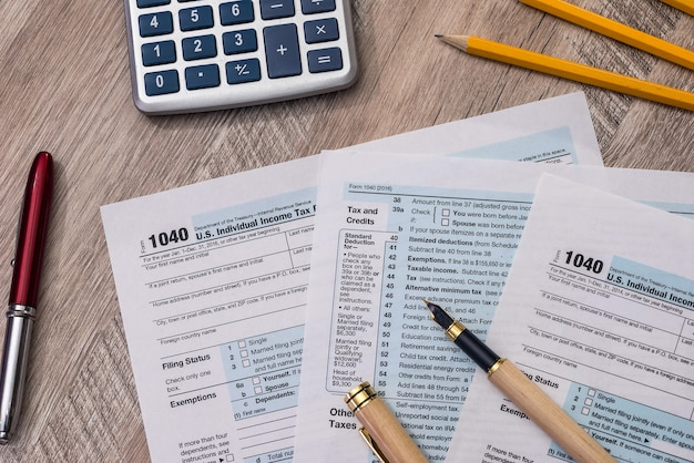 電卓、ペン、鉛筆付きの個人納税申告書