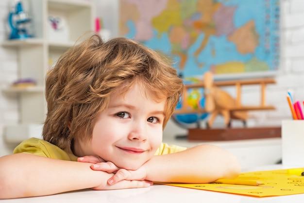 Индивидуальные уроки маленького готового к обучению образования маленький ученик мальчик доволен на отлично