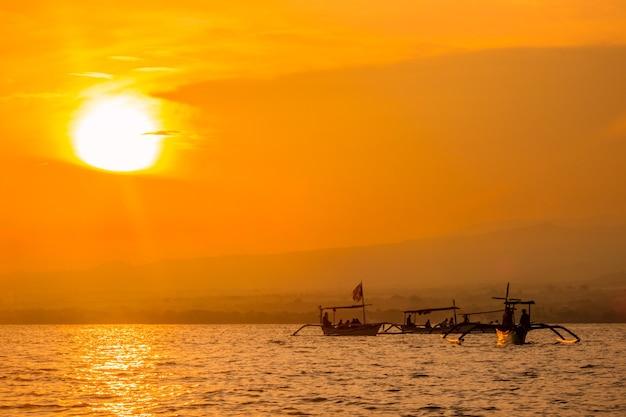인도네시아. 발리 해안에서 바다에 새벽. 돌고래의 출현을 기다리고있는 보트