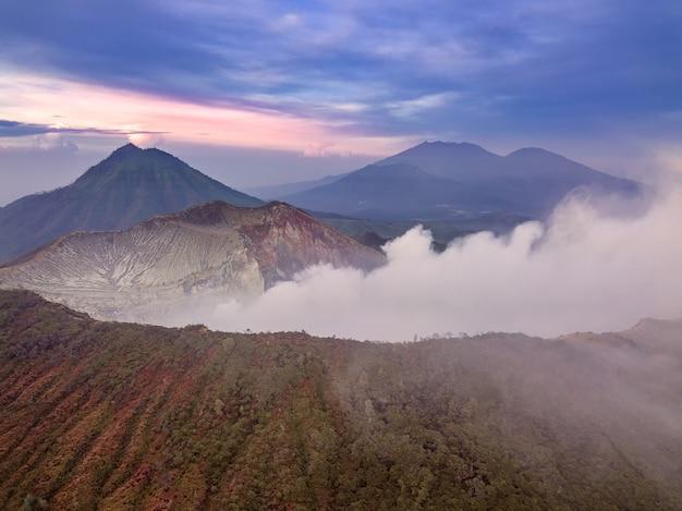 インドネシア。ジャワ島。活発な硫黄火山イジェンの早朝。航空写真