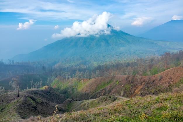 인도네시아. 자바 섬. 아침. 화산 분화구 근처의 푸른 하늘에 구름