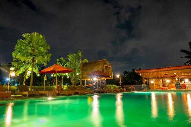 インドネシア。ジャングルの夜。ホテルの空のプールとウォーターバー