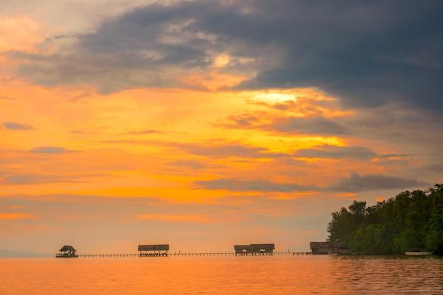 인도네시아. 라자 암팟 군도. 긴 다리, 부두 및 여러 오두막. 다채로운 일몰 하늘