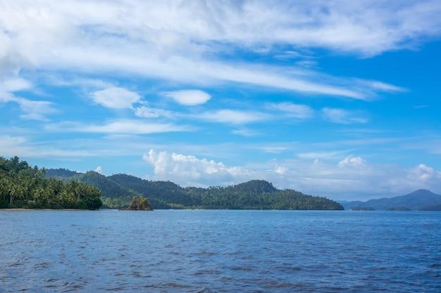 Индонезия. тропические острова в солнечную погоду. облака в голубом небе