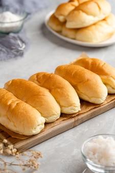 접시에 강판 코코넛 필링 도금 인도네시아 빵