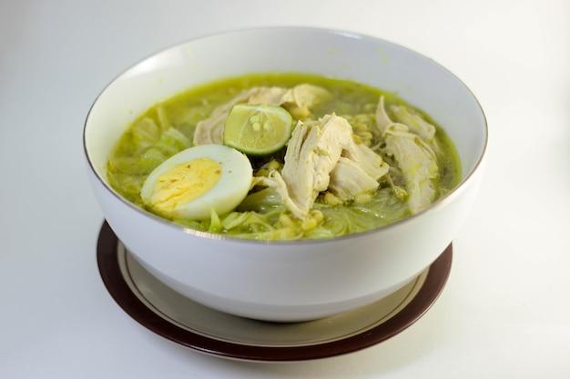 Индонезийский куриный суп со свежим соусом и соком лайма