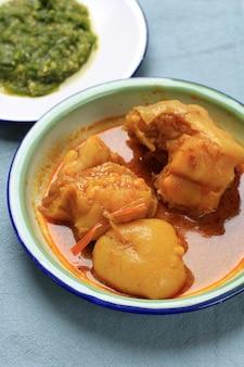 インドネシアの有名な食べ物gulaitunjang / glai kikil牛肉のスジ肉をココナッツソースで作ったもので、rendangとsambal ladomudoの横にあるnasipadangまたはpadangfoodとして人気があります
