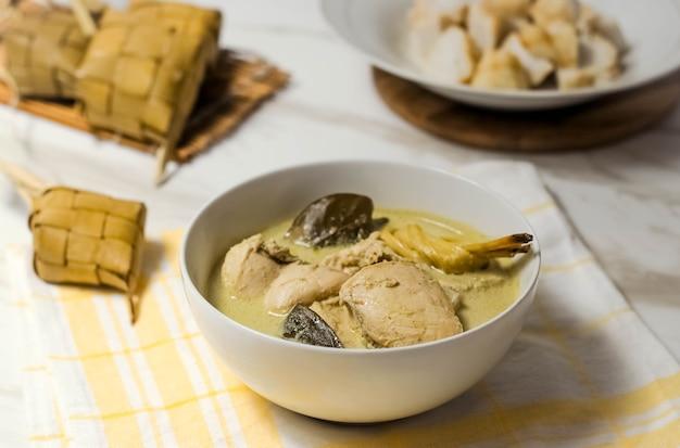 Индонезийская еда под названием opor chicken Premium Фотографии