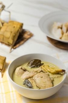 Индонезийская еда под названием opor chicken