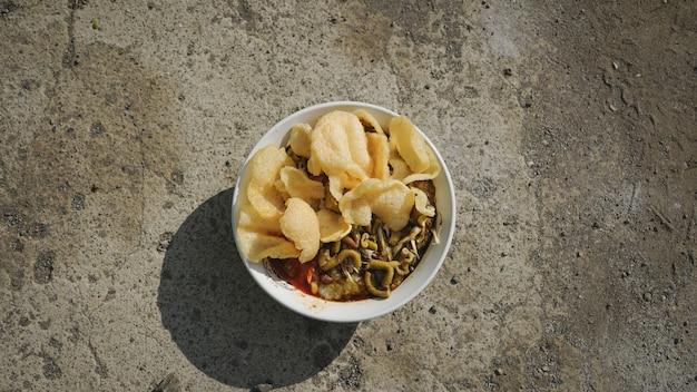 추가 크래커를 곁들인 인도네시아 음식 치킨 죽