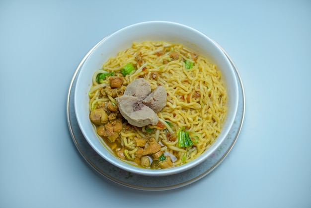 Индонезийская еда лапша ми аям баксо с курицей и фрикадельками