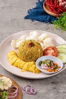Индонезийский жареный рис - это блюдо из вареного риса, которое обжаривали в воке или на сковороде.
