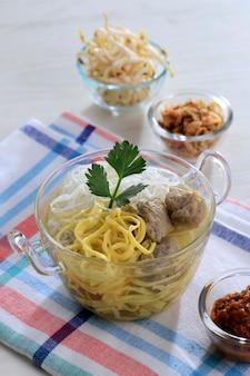 Индонезийская фрикаделька басо бандунг желтая лапша с соевым соусом и соусом чили