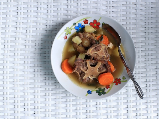Индонезийский суп из бычьих хвостов или sop buntut