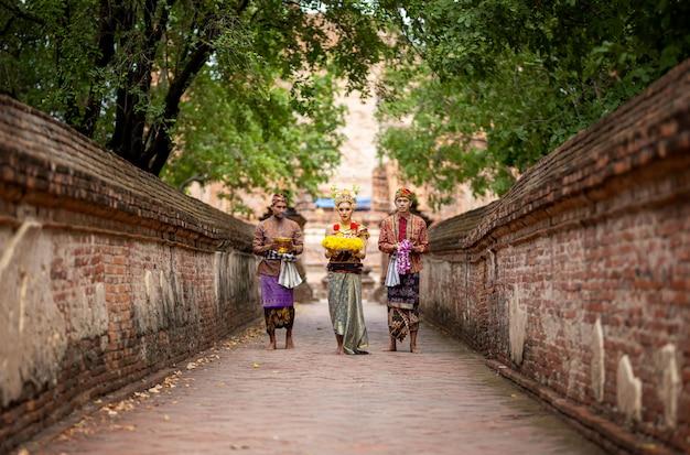 インドネシアの人々が宴会散歩を考えてレンガの壁