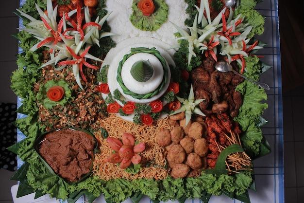 Рис тумпенг по-индонезийски с различными гарнирами