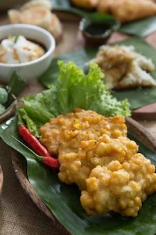 インドネシアの伝統的なコーンフリッター