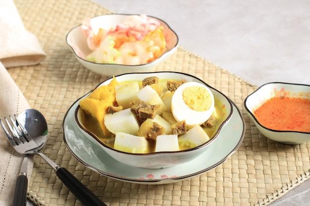 인도네시아 전통 요리: 론통 카리 사피(lontong kari sapi), 떡 또는 케투팟(ketupat)을 쇠고기 육수와 가벼운 코코넛 밀크, 다양한 향신료 및 인도네시아 허브로 만든 쇠고기 카레 수프와 함께 제공