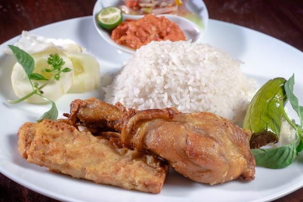 Индонезийская традиционная еда лалапан айам