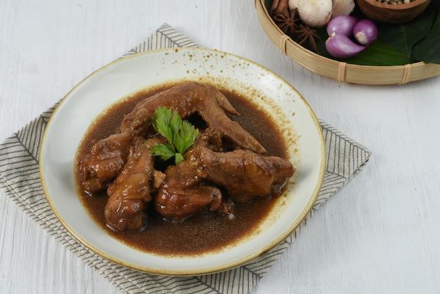 Индонезийская традиционная еда семур айам или тушеная курица - это курица со специями, соевый соус a