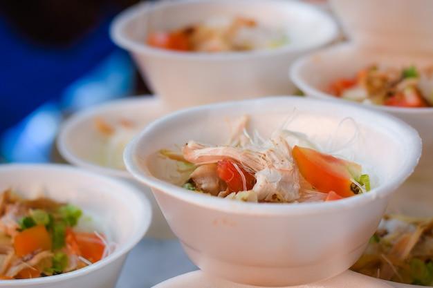 인도네시아 전통 음식 soto ayam은 매우 맛있습니다.