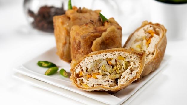 揚げ豆腐とタフススルまたは豆腐の詰め物と呼ばれる野菜から作られたインドネシアの伝統的なスナック