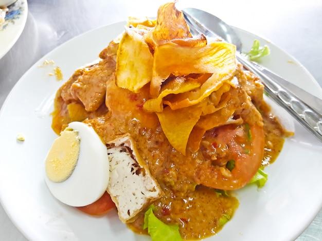 インドネシアのベジタリアン料理gado gado