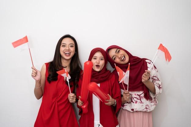 Индонезийская женщина с флагом празднует день независимости