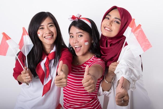 Индонезийские женщины с флагом празднуют день независимости