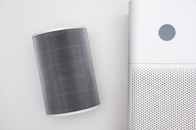 Очиститель воздуха в помещении белого цвета крупным планом на белом фоне. очиститель от пыли и аллергии в доме.
