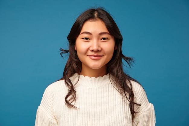 見栄えの良い若い黒髪のアジア人女性の屋内写真