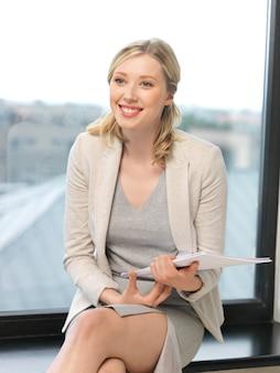 Внутреннее изображение счастливой женщины с документами