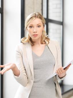 Фотография взволнованной женщины с документами в помещении