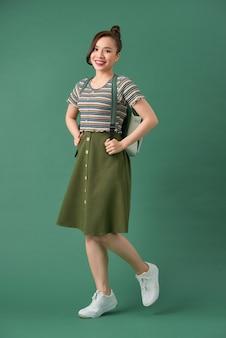 緑に分離された若いハンサムな10代の少女の屋内写真