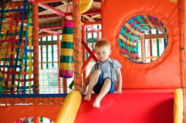 어린이를위한 다채로운 플라스틱 공이있는 실내 놀이터.