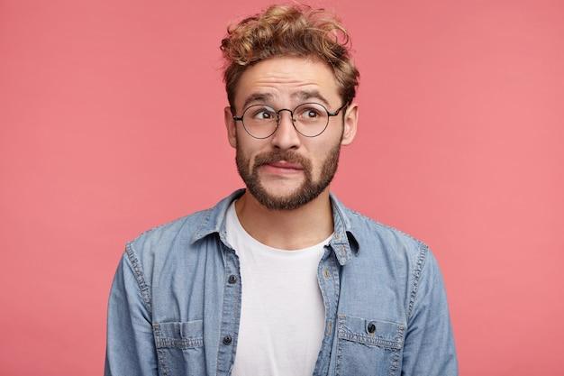 Ritratto dell'interno del giovane barbuto con l'acconciatura alla moda
