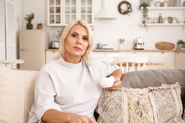 ソファに座っている女性の屋内の肖像画