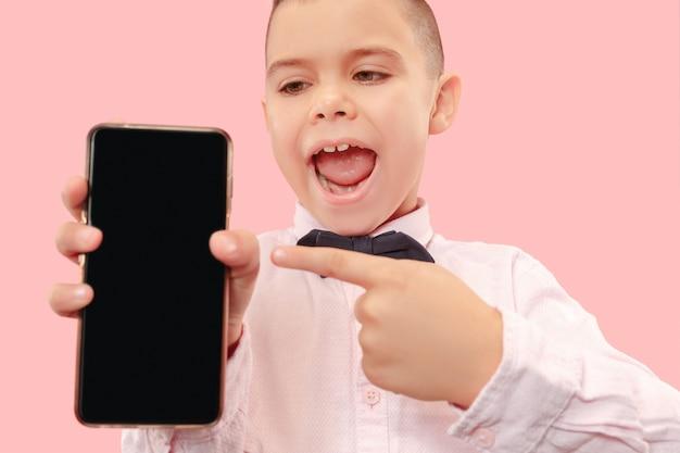 빈 스마트 폰 들고 매력적인 젊은 소년의 실내 초상화
