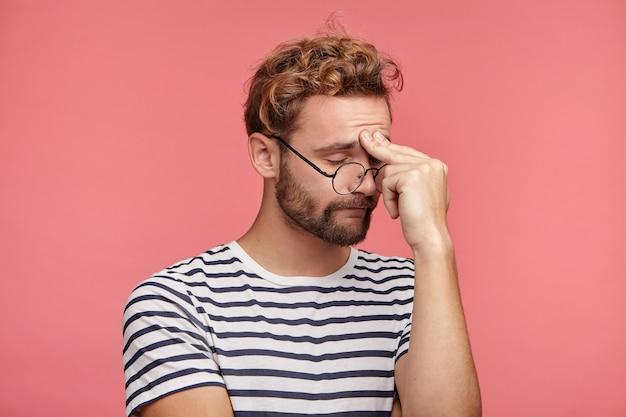 유행 헤어 스타일으로 수염 된 젊은 남자의 실내 초상화