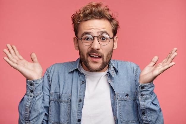 Крытый портрет бородатого молодого человека с модной прической