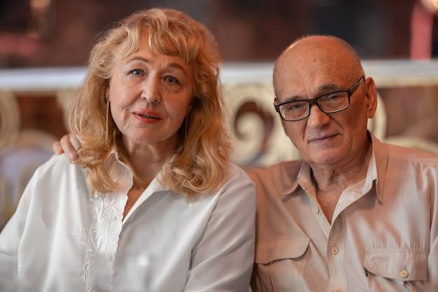 Крытый портрет старшей семейной пары