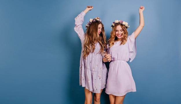 Ritratto dell'interno di due sorelle divertendosi nel fine settimana