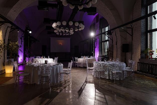 Внутренний зал со столиками для банкета или свадьбы