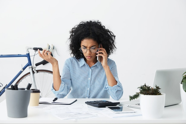 Tiro al coperto di imprenditrice afroamericana che effettua chiamate telefoniche