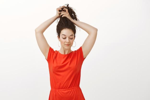Tiro al coperto di femmina fiduciosa femminile in abito rosso