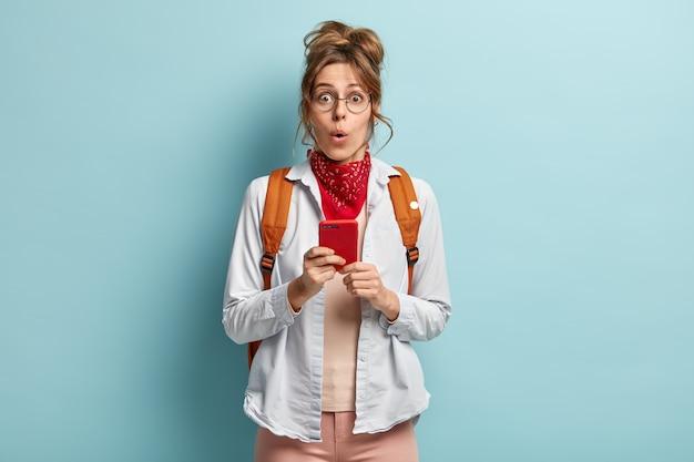 놀란 여성의 실내 촬영은 눈과 입을 크게 벌리고 필요한 사람의 전화 번호가 없음을 깨닫습니다.