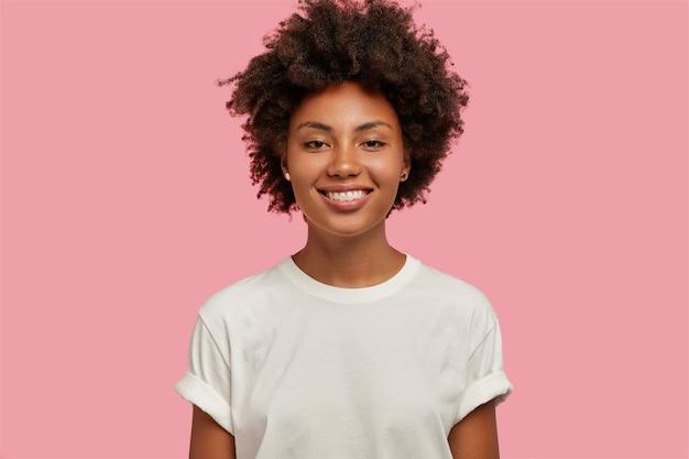 歯を見せる笑顔で魅力的な浅黒い肌の女の子の屋内ショット