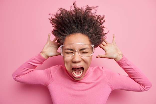 感情的なアフロアメリカ人女性の屋内ショットは目を閉じたままで非常に大声で叫びます超クレイジーです